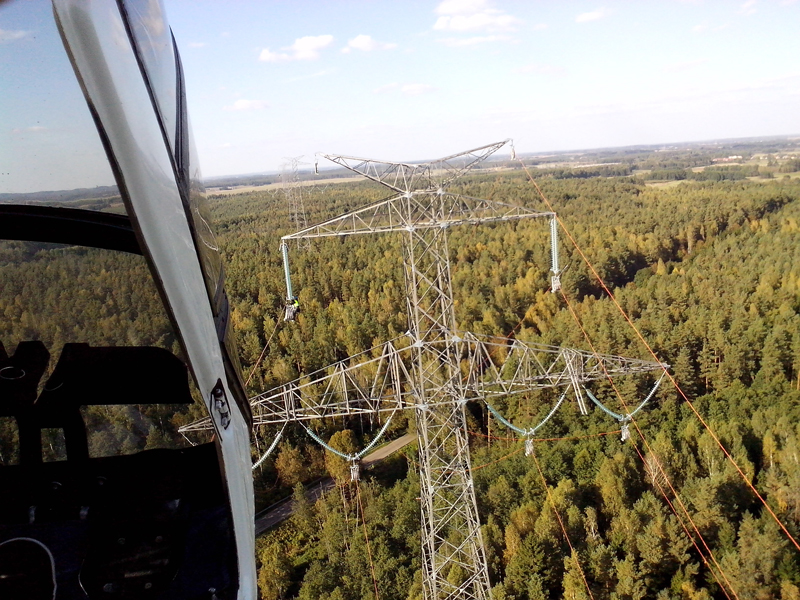 Construction of an overhead line using an aircraft